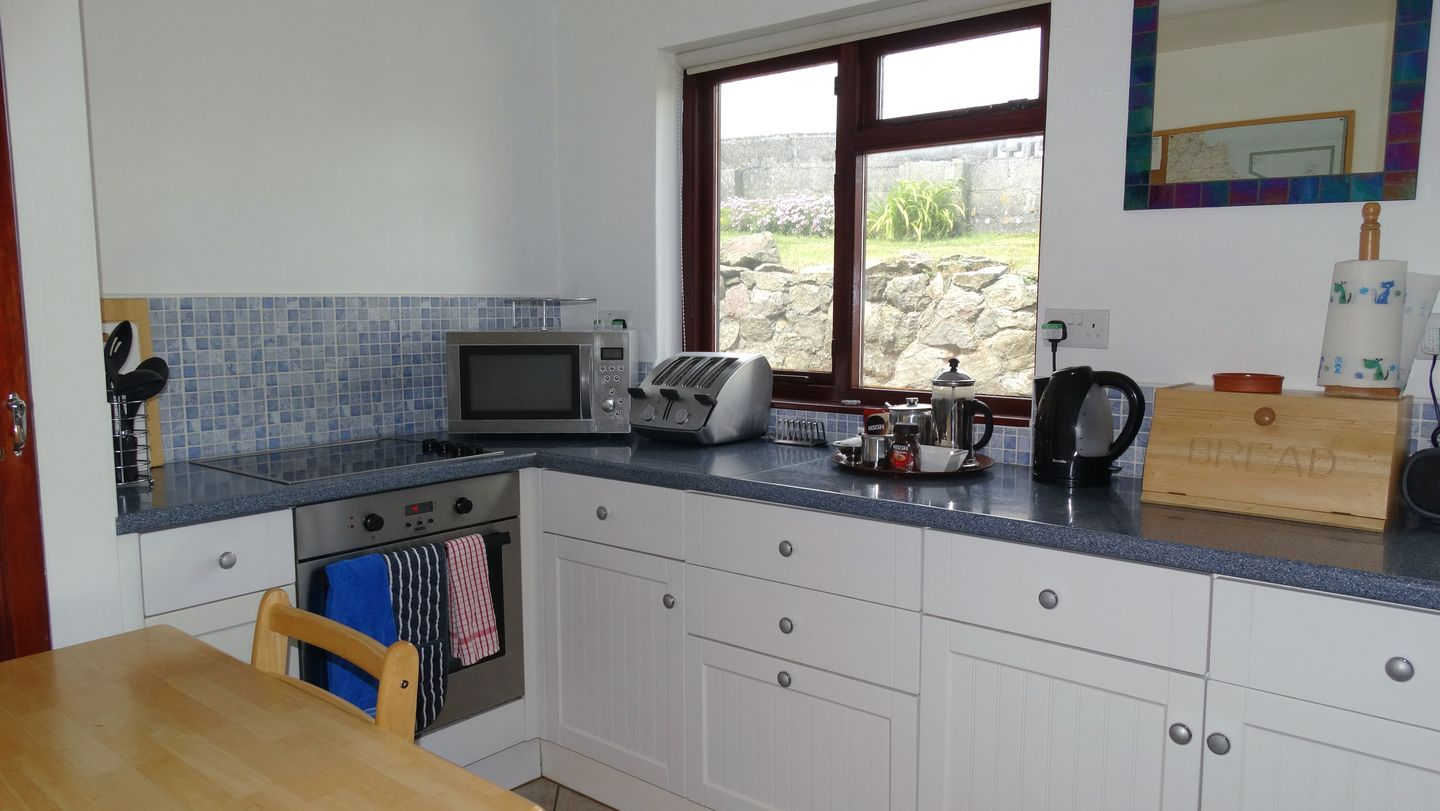 Kingswood Whitsand Bay Kitchen With Table