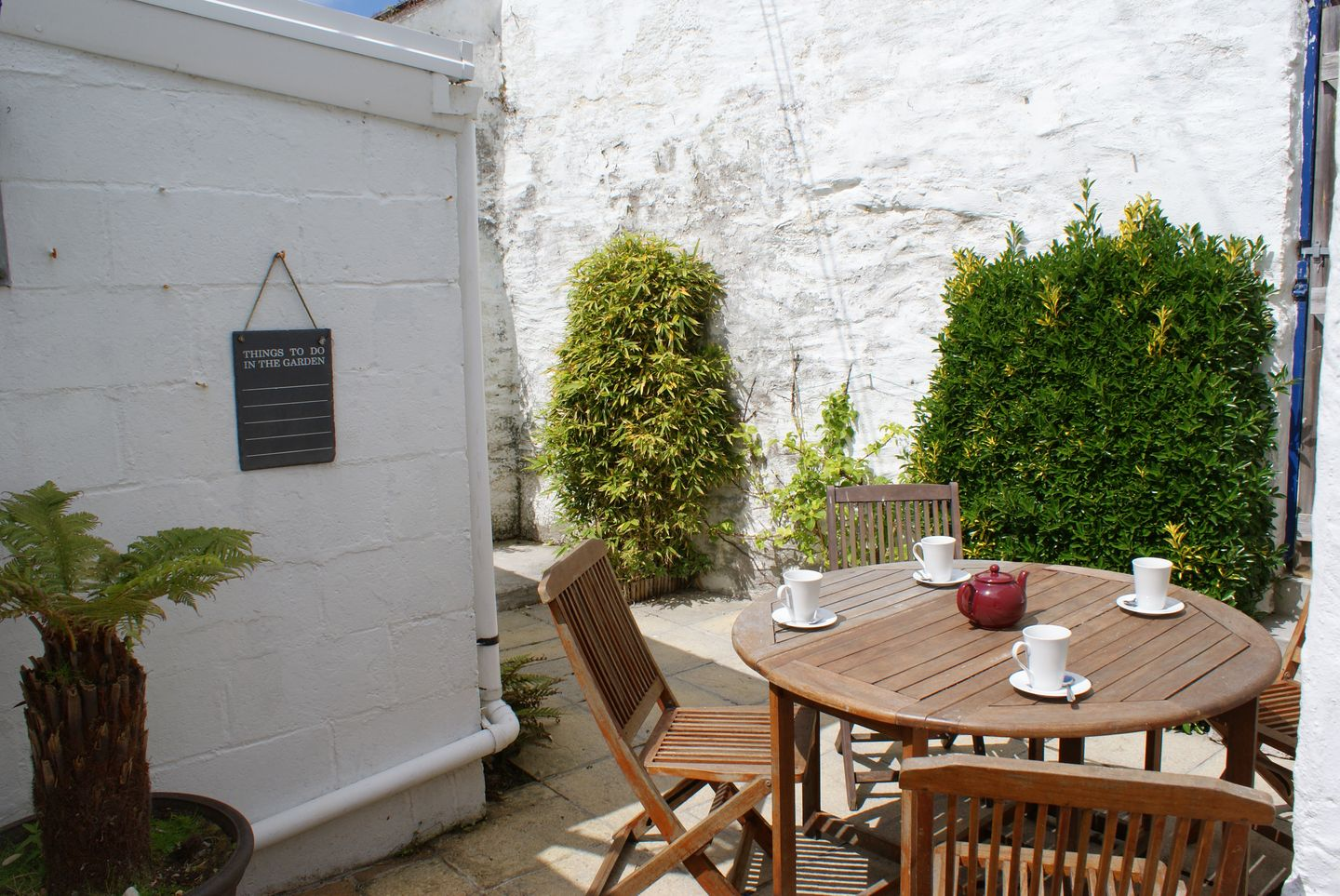 Prydes Cottage St Mawes Garden And Table