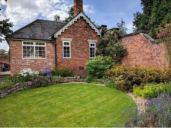 Holiday Cottage Reviews for Orchard Cottage - Self Catering in Calwich, Staffordshire