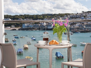 Holiday Cottage Reviews for The Poop Deck, 3 Harbour House - Cottage Holiday in St Ives, Cornwall inc Scilly